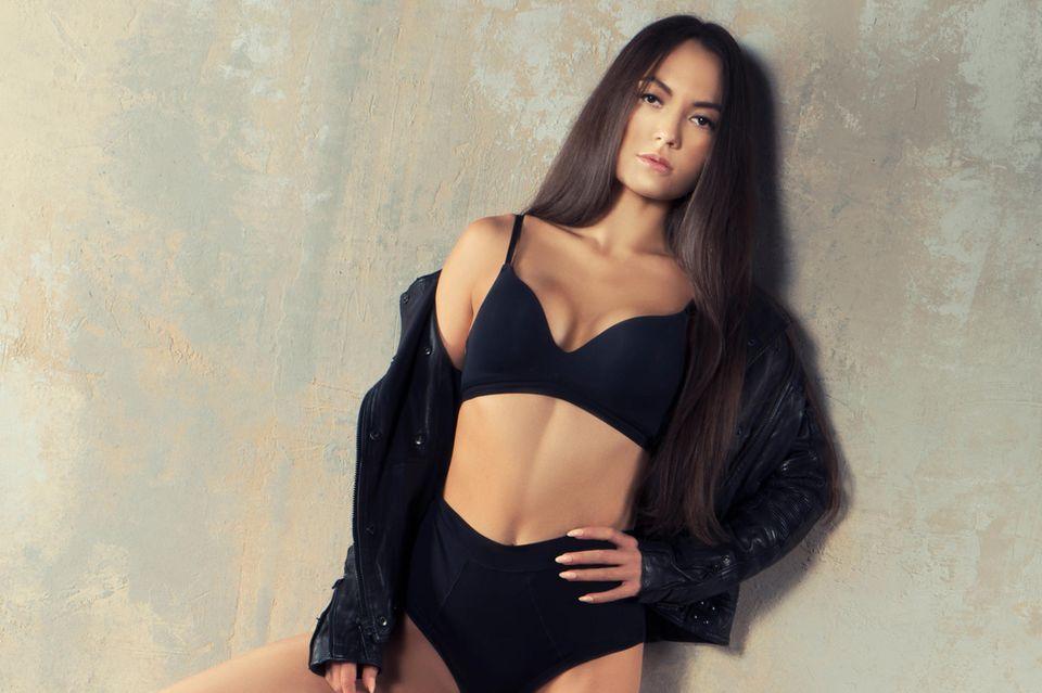 Junge Frau in nahtloser Unterwäsche, schwarze nahtlose Unterwäsche, dunkelhaarige Frau