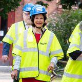 7. Juni 2021  Königin Silvia istheute Gast an derLilla Akademien in Stockholm. Da die schwedische Royal Schirmherrin der Musikschule ist, geht es vor dem geplanten Konzertbesuch zur Baustellenbesichtigung des Neubaus der Hochschule. Mit Bauhelm und Warnweste scheint die Königin sich jedoch sichtlich wohlzufühlen, zumindest nimmt sie die Schutzkleidung mit Humor.