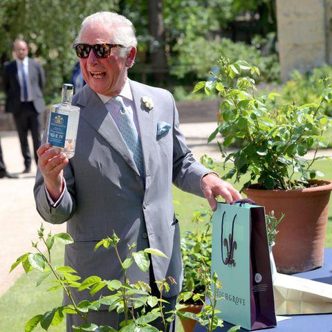 8. April 2021  Prinz Charles ist heute zu Besuch an der Oxford-Universitätund tauscht bei seinem Besucheine Flasche seines Highgrove Gins gegen eine Flasche des Oxford Physic Gin, worüber der Royal sich besonders freut.