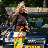 Beim Besuch der Region Zwolle zeigt sich Königin Máxima in einem farbenfrohen Kleid, das von einem ihrer LieblingsdesignerJan Taminiau designt wurde. Das Kleid bleibt durch seine einzigartigen Farbverläufe im Gedächtnis, weshalb sofort Erinnerungen an ihren letzten Auftritt in diesem Look hochkommen.
