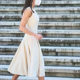 """Für die Eröffnung der Ausstellung """"Emilia Bazán. Die Herausforderung der Moderne"""" in Madrid wählt Königin Letizia einen echten Lieblingslook. Zum cremefarbenen Kleid von Pedro del Hierro stylt sie Pythonleder-Pumps von Magrit, die dem Look dank aufgesetzter Nieten einen rockigen Twist verleihen."""