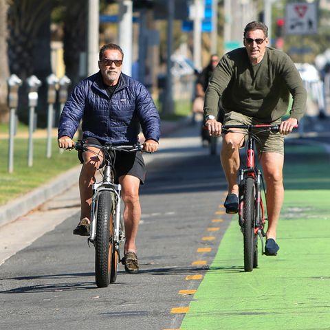 Diese Männerfreundschaft ist endlich fit für gemeinsame Fahrradausflüge. Arnold Schwarzenegger und Ralf Moeller haben das schweißtreibende Hanteltraining gegen gemütliche Bike-Touren getauscht. Die beiden Hollywoodstars lassen es inzwischen ruhiger angehen und genießen ihre Zeit zu Zweit nicht mehr nur beim Muskelstählen, sondern beim gemütlichen Plausch und Pedaletreten auf den Velowegen von Los Angeles.