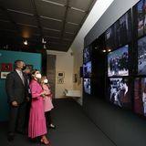 König Felipe und Königin Letizia werden mit weiteren geladenen Gästen durch die Ausstellungsräume geführt und schauen sich interessiert die einzelnen Stücke sowie Videoinstallationen an.
