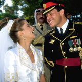Das Glück kann man dem zukünftigen Königspaar wirklich ansehen, und das macht ihr Braut-Styling mit langem Tüllschleier am hohen Dutt befestigt noch schöner.