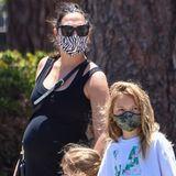 """Es ist mehr als offensichtlich: Gal Gadot wird bald zum dritten Mal Mama. Ganz entspannt hüllt die """"Wonderwoman""""-Darstellerin ihre Babykugel in einschwarzes Kleid und stylt eine Sonnenbrille sowie ein Paar Sandalen dazu. Wann genau der Nachwuchs zur Welt kommt, hat der Hollywood-Star bisher noch nicht verraten."""