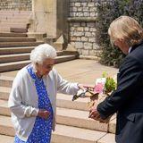 """10. Juni 2021  Heute wäre Prinz Philip 100 Jahre alt geworden. Seinen Geburtstag hätte der Royal bestimmt groß gefeiert. Nun würdigtQueen Elizabeth IIihren Ehemann mit einer besonderen Geste. Sie lässt eine Rose mit dem Namen """"Duke of Edinburgh"""" in Gedenken an den Prinzen auf Schloss Windsor pflanzen."""