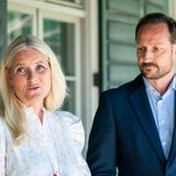 9. Juni 2021  Die Anteilnahme steht Prinzessin Mette-Marit und Prinz Haakon beim Interview mit den Journalisten in die Gesichtergeschrieben. Heute treffen sich die norwegischen Royals mit Betroffenen desTerroranschlags vom 22. Juli 2011 im Regierungsviertel in Oslo, um diesen schrecklichen Tag nicht in Vergessenheit geraten zu lassen.