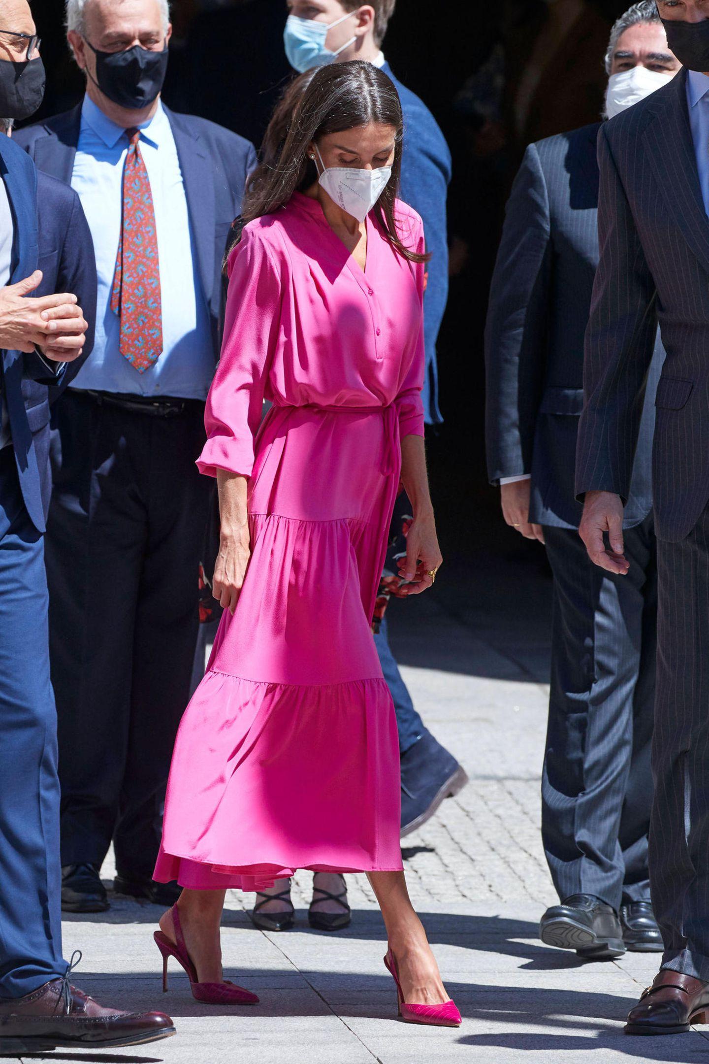 Pretty in Pink: Königin Letizia ist in ihrem knalligen Sommerkleid von Boss bei dem Besuch einer Ausstellungseröffnung in Madrid nicht zu übersehen. Kombiniertmit stylischen Sling Heels von Carolina Herrera wird daraus ein richtig royaler Gute-Laune-Look.
