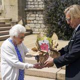 """Queen Elizabeth nimmt die neu gezüchtete tiefrosa Gedenkrose in Erinnerung an den Herzog von Edinburgh dankbar entgegen. Eine Lizenzgebühr aus dem Verkauf jeder Rose geht an den """"The Duke of Edinburgh Award Living Legacy Fund"""" und gibt somit jungen Menschen die Möglichkeit,am Duke of Edinburgh Award teilzunehmen."""