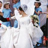 10. Juni 1967  Prinzessin Margrethe, die spätere Königin, ist bei ihrer Hochzeit mit demfranzösischen Grafen Henri Graf de Laborde de Monpezat, seither Prinz Henrik von Dänemark († 2018)ganz sicher die schönste Braut Dänemarks gewesen. Weiße Seide und edle Spitze in schlichter Eleganz werden von der Gänseblümchenbrosche abgerundet, die schon Margrethes Mutter Ingrid bei ihrer Hochzeit getragen hatte.