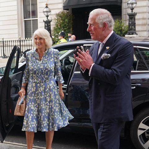 Für ihren gemeinsamen Abendim Royal Opera House in London haben sich Herzogin Camilla und Prinz Charles einen sommerlich Partnerlook in Blau ausgesucht, und Camilla strahlt in ihrem floralen Kleid mit weißen Blüten besonders schön. Die beiden Royals genießen dort eine Aufführung des Royal Ballets.