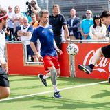 """11. Juni 2021  Kronprinz Frederik gibt sich bei der Eröffnung der Fanzone """"Football Village"""" anlässlich der Fußball-Europameisterschaft in Kopenhagen sportlich. Zusammen mit seinem Team jagt er dem Ball hinterher."""