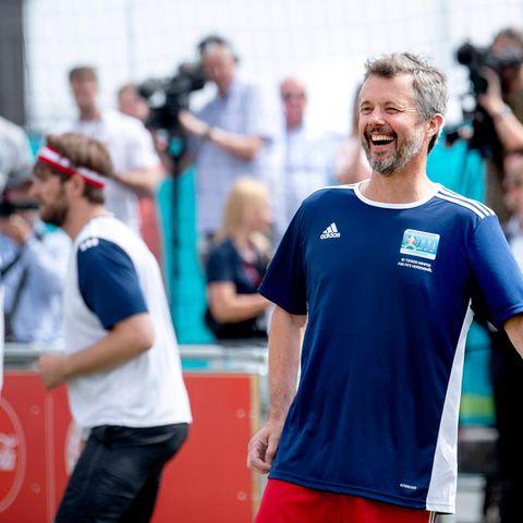Die Vorfreude auf die Europameisterschaft steigt während des Fußballspiels bei dem dänischen Royal immer mehr und somit nimmt Prinz Frederik esmit Humor, wenn der Ball auch mal daneben geht.