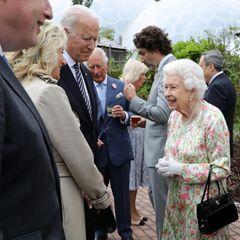 ... und die Bidens unterhalten sich prächtig mit der Monarchin. Am 13. Juni können sie ihre Unterhaltung fortführen, nach dem G7-Gipfel empfängt die Queen das Ehepaar auf Schloss Windsor. Übrigens:Für Queen Elizabeth ist Joe Biden bereits der 13. US-Präsident, den sie in ihrer langen Regentschaft trifft.