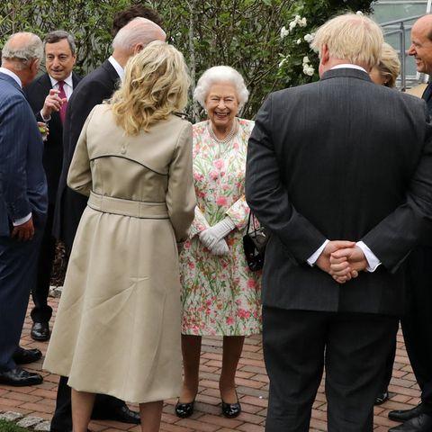 """11. Juni 2021  Queen Elizabeth trifft beim G7-Gipfel in Cornwallzum ersten Mal auf US-PräsidentJoe Biden und dessen Ehefrau Dr. Jill Biden. Die Stimmung beim Empfang der teilnehmenden Staats- und Regierungschefsim botanischen Garten """"Eden Project""""scheint ausgelassen ..."""