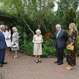 Queen Elizabeth wird an diesem wichtigen Abend auch von ihrer Familie unterstützt: Prinz William, Herzogin Catherine, Prinz Charles und Herzogin Camilla sind mit der Königin nach Cornwall gereist. Hier wird die Royal Familygerade vom britischen Premierminister Boris Johnson und dessen EhefrauCarrie Symonds begrüßt.