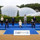 Auch bei der Aufnahme des gemeinsamen Gruppenfotos vor dem Empfang für G7-Führerin Cornwall sorgtQueen Elizabeth an der Seite von Angela Merkel und Co. für lockere Stimmung.