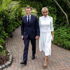 Beim G7-Empfang im botanischen Garten in Cornwall scheint die Farbe Weiß die Trendfarbe des Tages zu sein. Denn neben Herzogin Catherine setzt auch Brigitte Macron auf eine edle Kombi ganz in Weiß. Doch damit ist nicht genug: Eine goldene Knopfleiste an der Schulterpartie und spitze Wildlederpumps machen ihr elegantes Outfit aufregend und modern. Kein Wunder, dass so ein Auftritt ihren Ehemann Emmanuel Macron zum Strahlen bringt.
