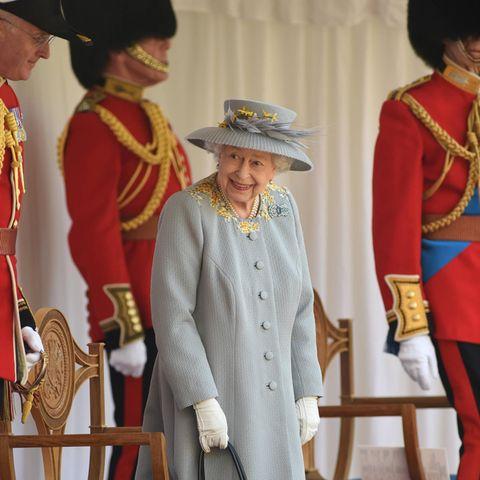 """Queen Elizabeth feiert""""Trooping the Colour"""" 2021 auf Schloss Windsor"""