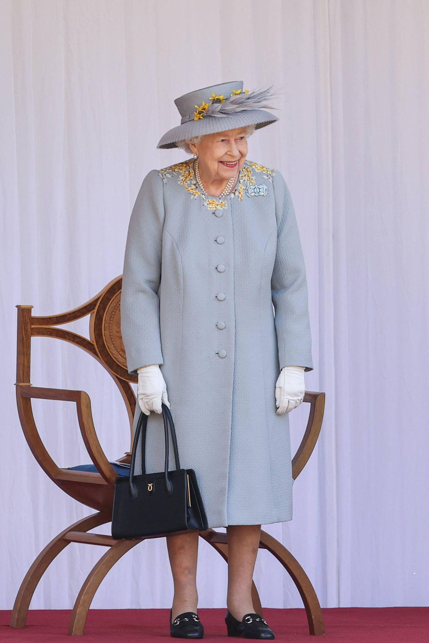 Obwohl die offizielle Geburtstagsfeierzu Ehren der britischen Königinzum wiederholten Mal weniger pompös ausfällt als gewohnt,zeigt sich Queen Elizabethäußerst gut gelaunt und erfreut sich an dem Programm, das ihr im Innenhof von SchlossWindsor geboten wird.