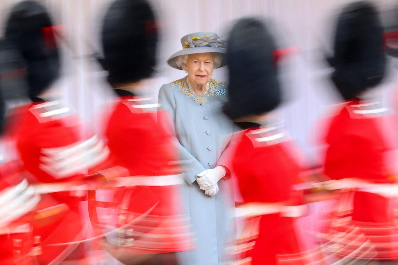 """12. Juni 2021  Am zweiten Juni-Wochenende zelebriert Queen Elizabeth traditionell ihren Geburtstag, für gewöhnlich imganz großenStil. Aufgrund der Pandemie gibt es allerdings auch dieses Mal einige Einschränkungen.Während im vergangenen Jahrdie Geburtstagsparade zu Ehren der Monarchin ausgefallen war, gibt es heutezumindest eine Mini-Ausgabe deslegendären""""Trooping the Colour""""-Spektakels auf Schloss Windsor, das Royal-Fansvia Livestream mitverfolgen können."""