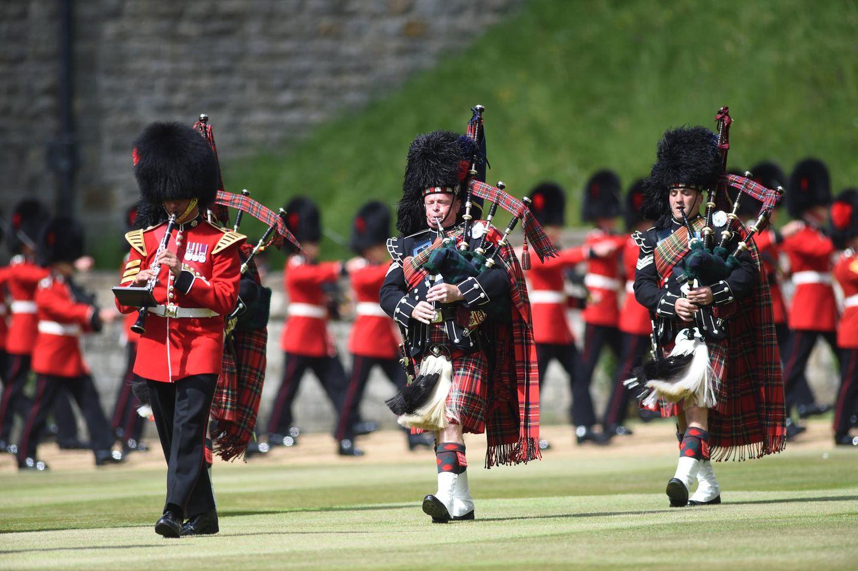 Die Feierlichkeiten beginnen mit den Aufmarsch der Gardesoldaten auf Schloss Windsor, um das 95-jährige Geburtstagskind gebührend zu empfangen. Fast 275 Soldat:innen und 70 Pferde nehmen an der Parade teil, die Queen Elizabethgespannt vom überdachten Podium aus verfolgt.