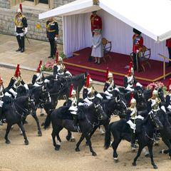 """Anstatt gemeinsam mit Prinz Charles und den weiteren Mitgliedern der Königsfamiliedie Militärparade vomBalkon desBuckingham Palastes zu beobachten, ist in diesem Jahr lediglich ihr Cousin Prinz Edward an der Seite von Queen Elizabeth. Er ist in seiner Rolle als Ehrenoberst der """"Scots Guards"""", des Garderegimentsauf Windsor anwesend."""