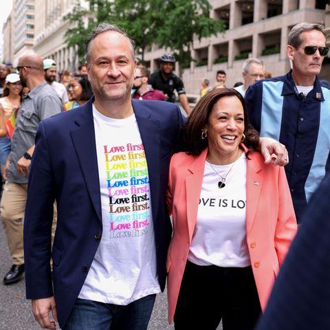 """Auch in den USA gilt der Juni als """"Pride Month"""". Mit Paraden im ganzen Land feiern die Amerikaner Liebe, Offenheit und Toleranz. Und auch Vize-Präsidentin Kamala Harris lässt es sich nicht nehmen, daran teilzunehmen. In einem pfirsichfarbenen Blazer und lässigem Print-Shirt mit """"Love is Love""""-Schriftzug setzt sie ein klares Statement für die LGBTQIA*-Community. Natürlich ist auch Ehemann Douglas Emhoff dabei und zeigt mit seinem bunten """"Love first""""-Shirt klare Haltung. Zwei schöne Looks mit noch schönerer Botschaft."""
