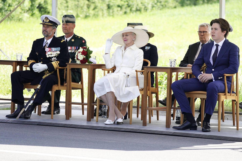 13. Juni 2021  Nachdem im letzten Jahr die Feierlichkeiten zum 100. Jahrestag der Wiedervereinigung Südjütlands mit Dänemark wegen der Corona-Pandemie gestrichen wurden, feiern in diesem Jahr gleich drei Royals mit: Prinz Frederik, Königin Margrethe und Prinz Christian kommen heute gemeinsam an die ehemalige Grenze.