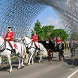 Am 10. Juli 1920 ritt König Christian X zum Zeichen der Wiedervereinigung auf einem Schimmel über die Grenze zu Südjütland. Zum besonderen Jubiläum tut es ihm seine Nachfahrin Königin Margrethe von Dänemark gleich und fährt in einer Kutsche mit vier vorgespannten Schimmelnden selben Weg entlang.