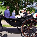 Drei Generationen auf Achse: Begleitet wird dieEnkelin von König Christian Xbei der symbolischen Kutschfahrt von ihrem Sohn, Kronprinz Frederik sowie ihrem Enkel, Prinz Christian.