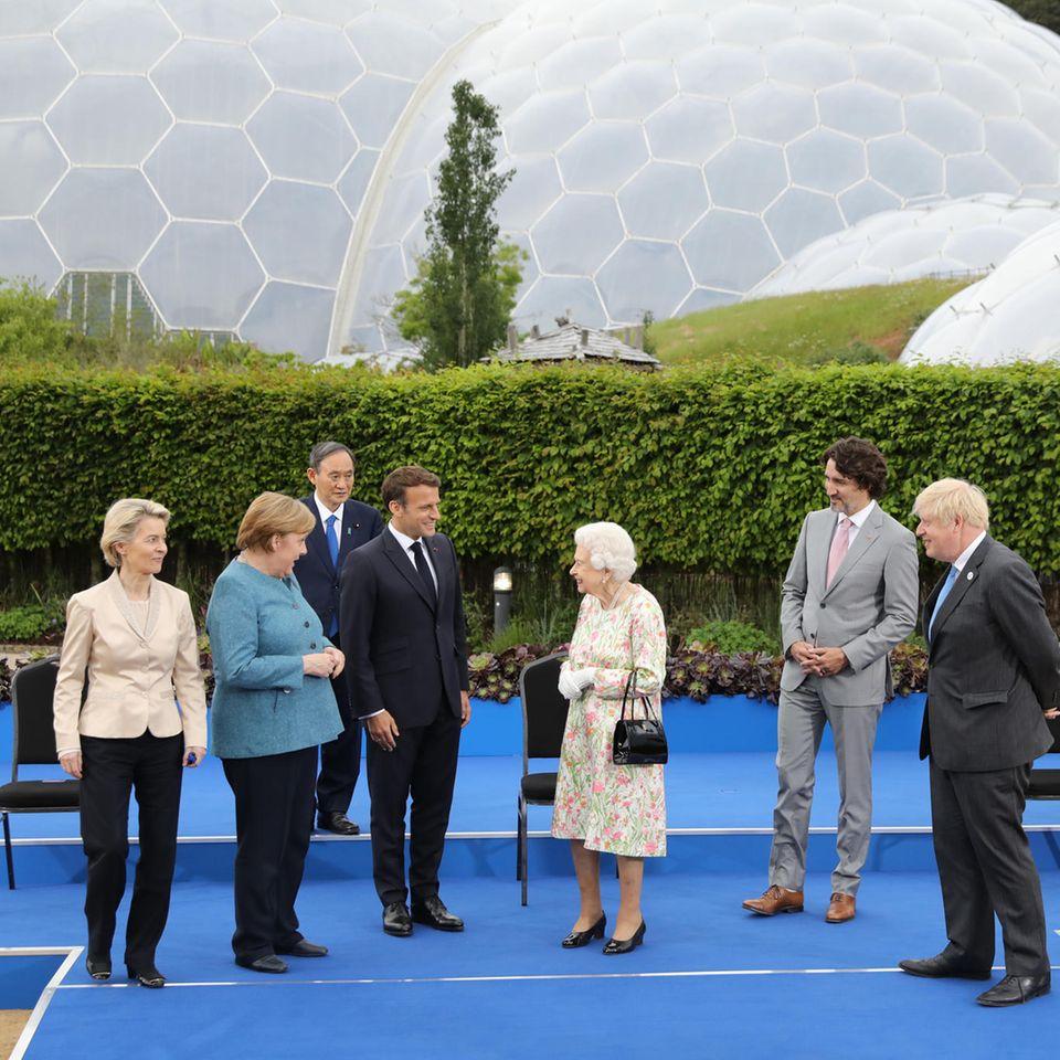 Ursula von der Leyen, Angela Merkel, Mario Draghi , Emmanuel Macron, Queen Elizabeth, Justin Trudeau, Boris Johnson, Yoshihide Suga, Charles Michel und Joe Biden beim G7-Gipfel am 11. Juni 2021 in St Austell, Cornwall, England