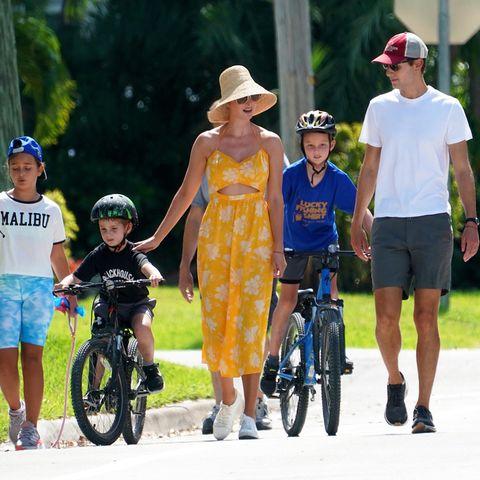 Beim Spaziergang mit der ganzen Familie zeigt sich die sonst so exklusiv gekleideteehemalige First Daughter Ivanka Trump im gelben Blumenlook und mit weißen Turnschuhen so normal wie selten.
