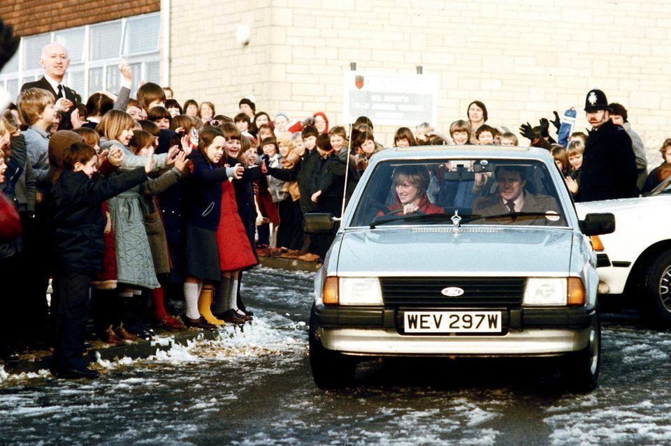 Prinzessin Diana (†) in ihrem Ford Escort Auto bei einem Besuch der St. Mary's School in Tetbury im Dezember 1981.