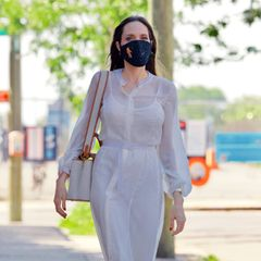 Auch bei der Hitzewelle, die gerade in New York herrscht, kleidet sich Angelina Jolie überaus elegant. Das feenhaft transparente Sommer-Outfit in Weiß ist übrigens ihr Geburtstagslook: Die Schauspielerin feierte am 10. Juni 2021 ihren 46. Geburtstag.