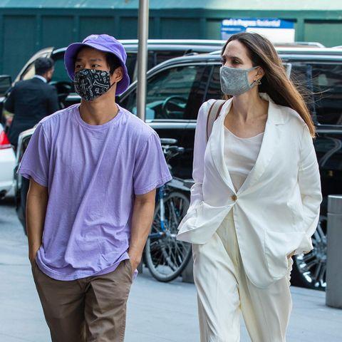 Die Lässigkeit liegt hier definitiv in der Familie: Angelina Jolie, die gerade mit ihren sechs Kindern für einen Geburtstagskurztrip nach New York gedüst ist, zieht mit ihrem Zweitältesten Pax im lockeren Sommeranzug und Händen in den Hosentaschen durch die Metropole.