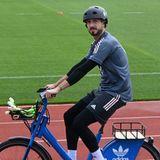 Sein wohl wichtigstes Fußball-Equipment fährt Kevin Trapp im Fahrradkorb zum Training: seine Torwarthandschuhe. Gemeinsam mit Manuel Neuer und Bernd Leno gehört er als Torwart zum Kader der Fußball-EM im Sommer 2021.