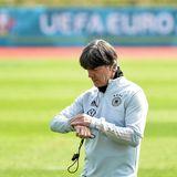 Mit rund einem Jahr Verspätung startet die UEFA Euro 2020 coronabedingt am 11. Juni 2021. Sie wird an elf Spielorten in elf verschiedenen Ländern ausgetragen. Bundestrainer Jogi Löw hat die Zeit bis zum ersten Spiel der deutschen Nationalmannschaft im Blick. SeinTeam startet am 15. Juni in das Turnier.