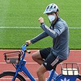 Thomas Müller radelt mit Helm und FFP2-Maske zum Training. Nach dem Weltmeisterschaftstitel im Jahr 2014 soll jetzt der Sieg der Fußball-EM im Sommer 2021 folgen.