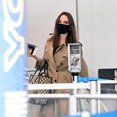 Lieblingsstück: Den Trenchcoat, mit dem Angelina Jolie mehrfach während ihres Trips nach New York gesichtet wurde, trägt sie auch beim Abflug der gesamten Familie aus der großen Stadt einen Tag nach ihrem Geburtstag.