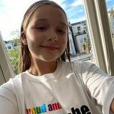 Nachdem Victoria Beckham ein spezielles T-Shirt für den Pride Month kreiert hat, zeigen auch ihre Kinder ihren Support für die LGBTQIA*-Community und führen stolz das Shirt vor. Den Anfang macht Nesthäkchen Harper.