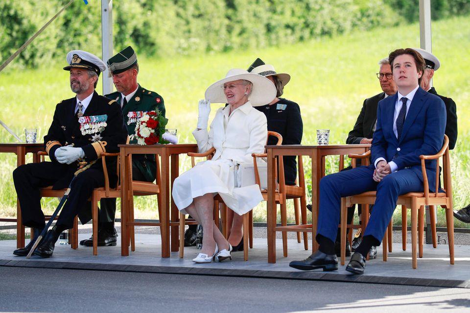 Königin Margrethe, Prinz Frederik undPrinz Christian nach der Kutschfahrt über die alte Grenze in Frederikshøj bei den Feierlichkeiten zum 100. Jahrestag der Wiedervereinigung von Dänemark und Südjütland.