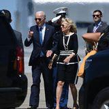 Für denletzten Tag des G7-Gipfels hat sich die First Lady eines ihrer Lieblingskostüme in Schwarz-Weiß ausgesucht. Zusammen mit ihrem Mann Joe Biden besucht sie eine Pressekonferenz.