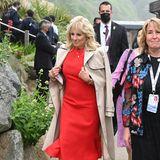 First Lady in Red: Dr. Jill Biden zeigt sich in Carbis Bay in elegantem Rot. Für das Fotoshooting am Strand legt sie dann auch später ihren Trenchcoat ab.