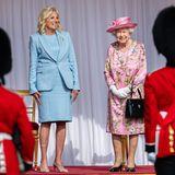 Beim königlichen Empfang der Queen auf Windsor Castle ist nicht nur die Laune von Jill Biden und der Monarchin großartig, auch die Looks der beiden hohen Damen, das hellblaueKostüm der First Lady und dasfloralen Ensemble der Königin, sind Hingucker.