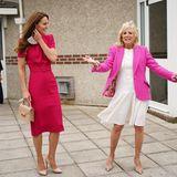 Gute Laune und leuchtende Farben zeigen Herzogin Catherine und First Lady Jill Bide bei ihrem Treffen in derConnor Downs Academy in Hayle.