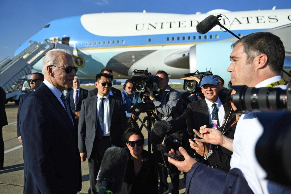 Joe Biden steht nach seinem Treffen mit Queen Elizabeth den anwesenden Reporter:innen amLondoner Flughafen Heathrow Rede und Antwort.