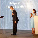 Juan Manuel Moreno überreicht König Felipe die erste Ehrenmedaille Andalusiens. Felipe ist voller Dankbarkeit und seine Letizia applaudiert im Hintergrund ihrem König entgegen.