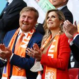 Knallig rot leuchtet Máxima neben König Willem-Alexander von der Tribüne der Johan-Cruijff-Arena in Amsterdam, wo das EM-Spiel der Niederlande gegen die Ukraine stattfindet. Und der obligatorische Oranje-Fanschal hat der holländischen Mannschaft sogar Glück gebracht, sie gewannen mit 3:2 nach einem echten Fußball-Krimi.