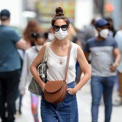 Katie Holmes lässt sich von der Sommer-Hitze New Yorks überhaupt nicht beirren. Ganz cool ist sie im Baumwoll-Shirt und extraweiter, luftiger Jeans auf Shopping-Tour.